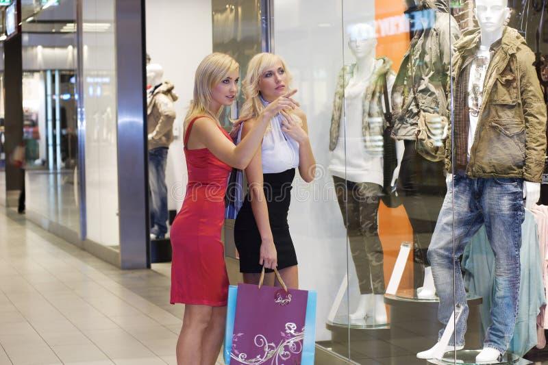 Schöne Frau für das Einkaufen stockfotografie