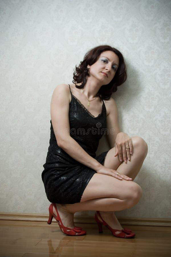 Schöne Frau gegen eine Wand stockbild