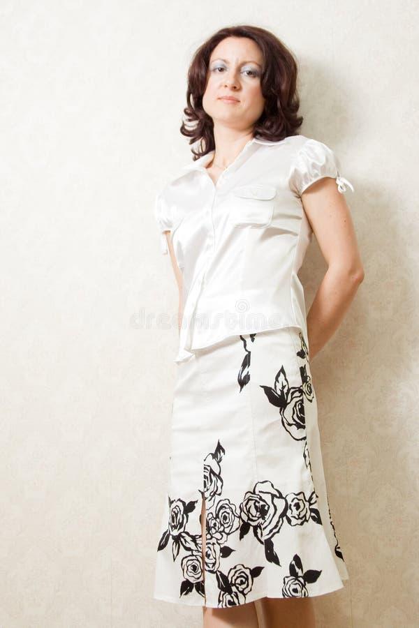 Schöne Frau gegen eine Wand lizenzfreies stockfoto