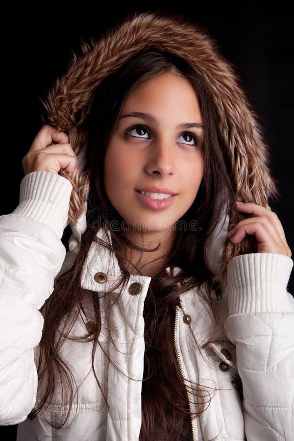 Schöne Frau gekleidet für Winter stockbild