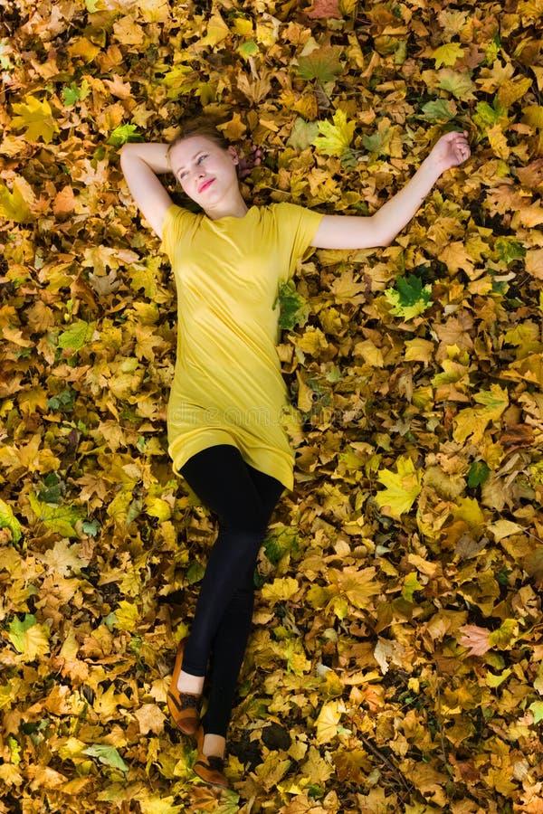 Schöne Frau - gelbe Herbstblätter - Fall stockfotografie