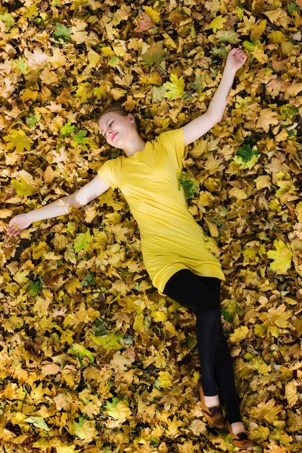 Schöne Frau - gelbe Herbstblätter - Fall lizenzfreie stockfotos