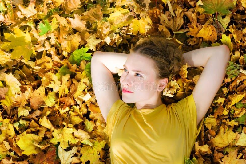 Schöne Frau - gelbe Herbstblätter - Fall lizenzfreies stockbild