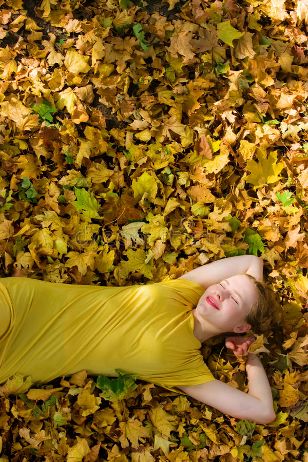 Schöne Frau - gelbe Herbstblätter - Fall stockfotos