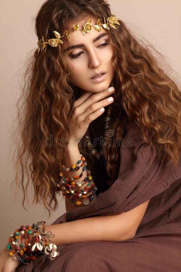 Schöne Frau Gelocktes langes Haar Art- und Weisebaumuster im goldenen Kleid Gesunde gewellte Frisur zubehör Autumn Wreath, Goldbl stockfotos
