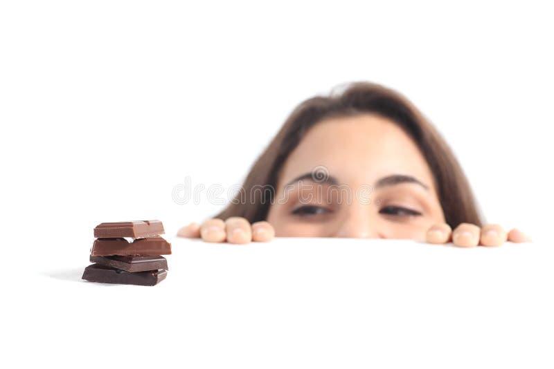Schöne Frau gereizt durch Schokolade stockfoto