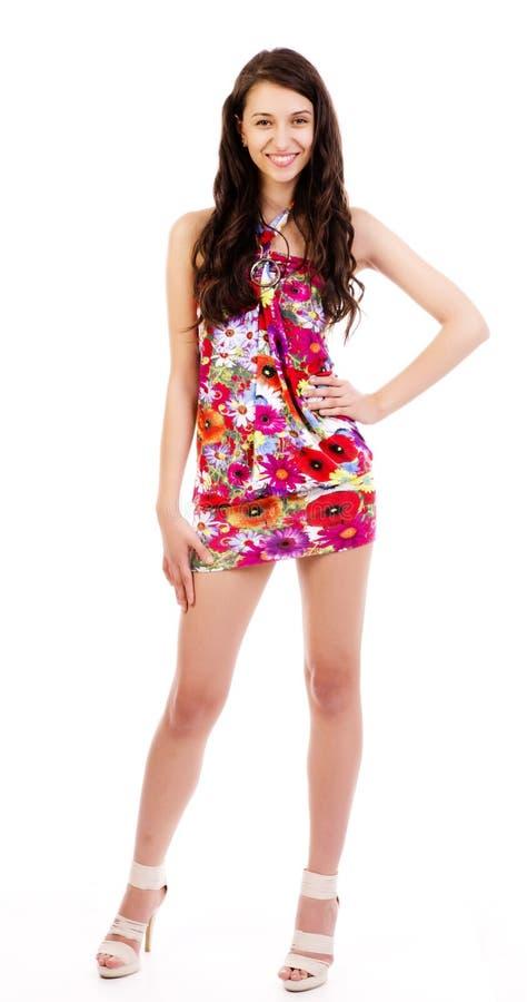 Schöne Frau glücklich im bunten Kleid des Kleides stockfotografie