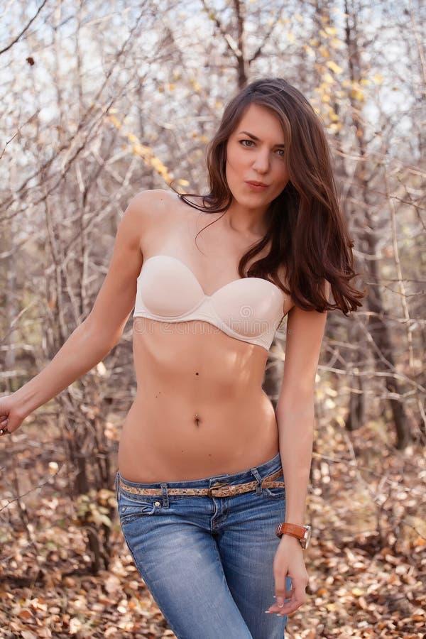Schöne Frau im Büstenhalter stockfoto