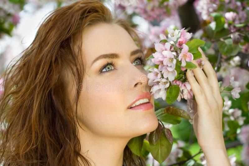 Schöne Frau im Blütenobstgarten lizenzfreie stockfotografie