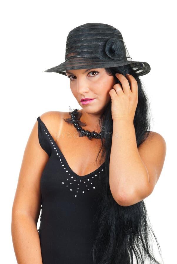 Schöne Frau im eleganten schwarzen Hut lizenzfreie stockbilder