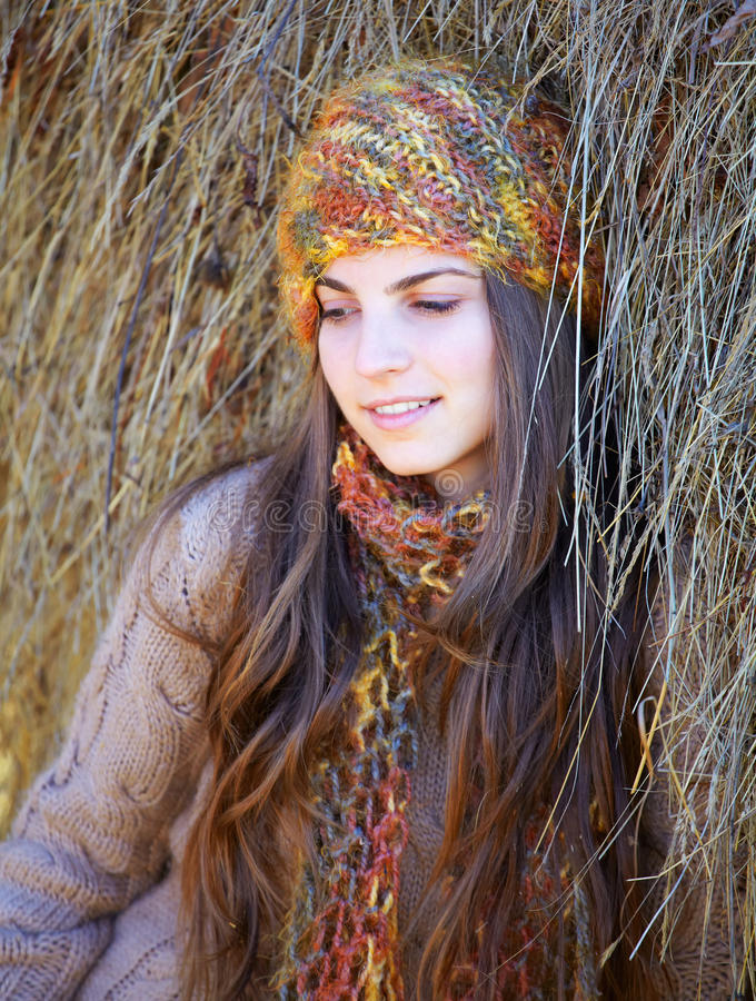 Schöne Frau im Freien stockfoto