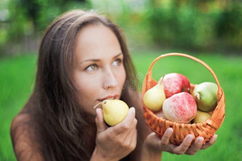 Schöne Frau im Freien mit Äpfeln und Birnen lizenzfreie stockfotografie