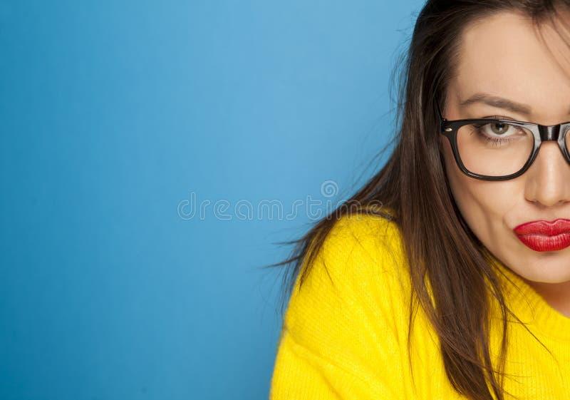 Schöne Frau im Gelb lizenzfreie stockfotos