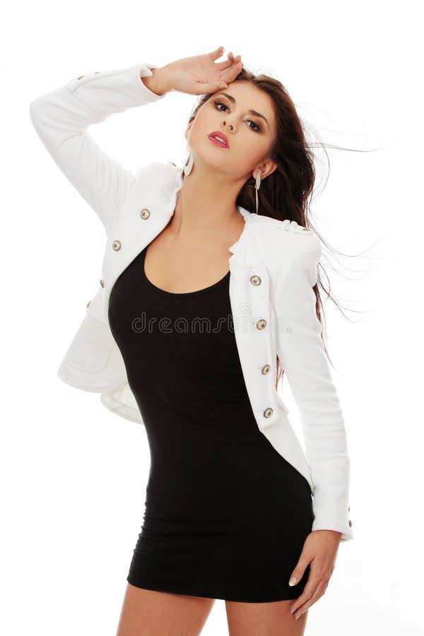 Schöne Frau im glänzenden reizvollen Kleid lizenzfreie stockfotografie
