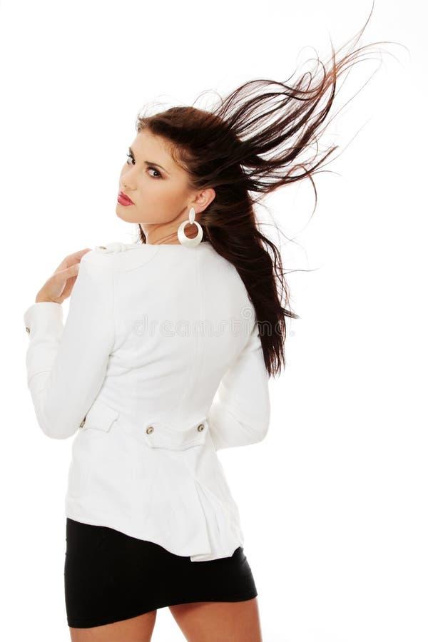 Schöne Frau im glänzenden reizvollen Kleid lizenzfreies stockfoto
