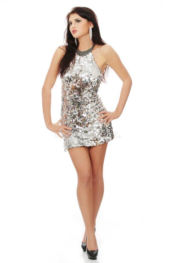 Schöne Frau im glänzenden reizvollen Kleid stockbild