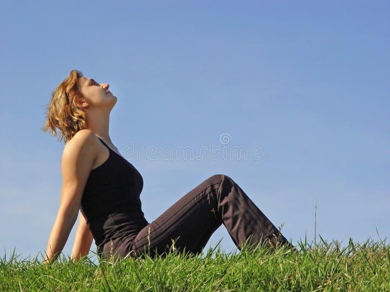 Schöne Frau im Gras stockfotografie