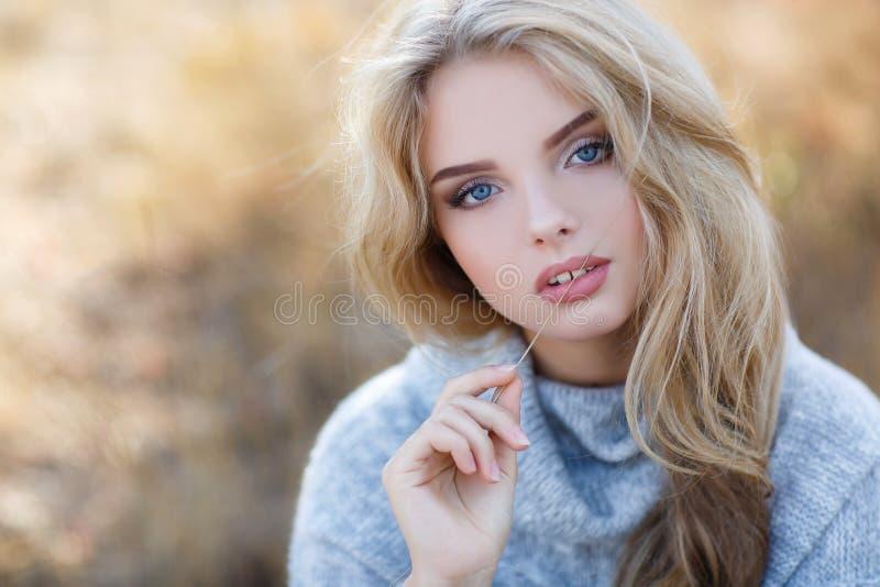 Schöne Frau im Herbstpark lizenzfreie stockfotos
