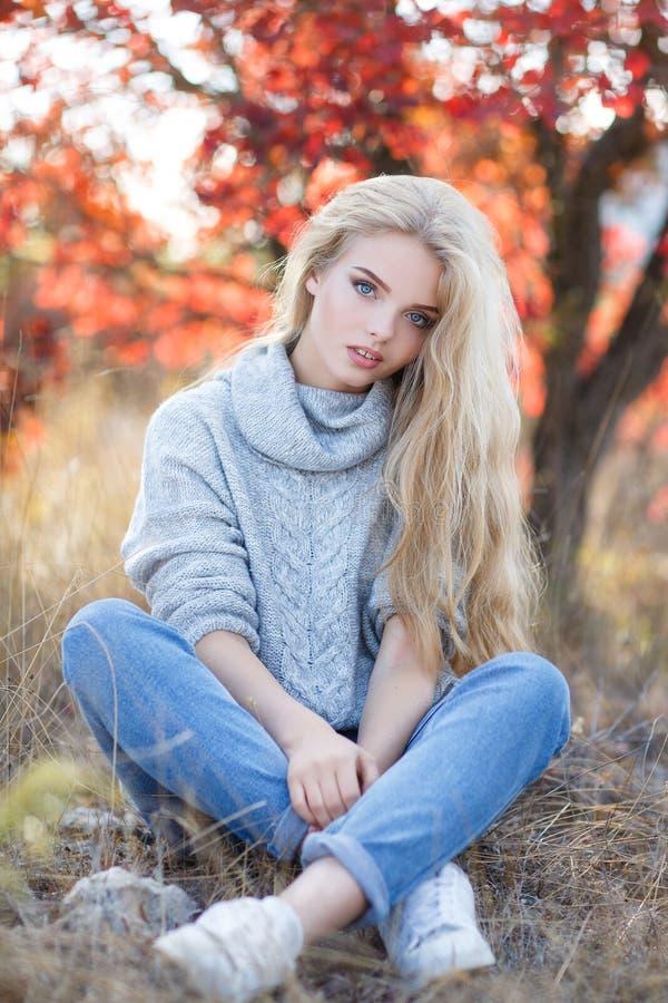 Schöne Frau im Herbstpark lizenzfreie stockbilder