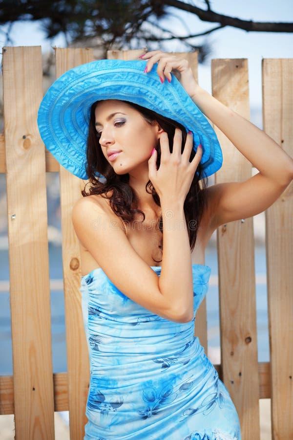 Schöne Frau im Hut der blauen Dame stockbilder