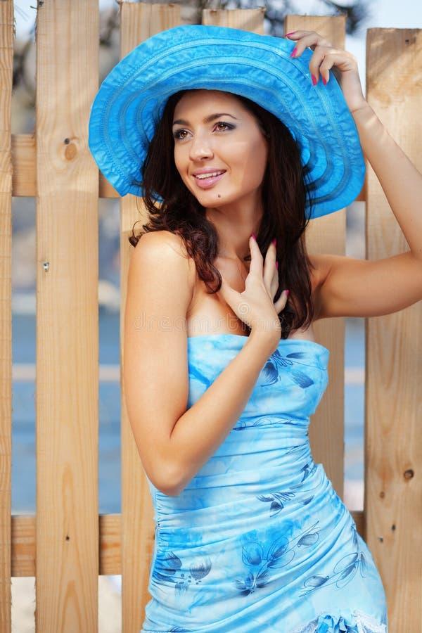 Schöne Frau im Hut der blauen Dame stockfoto