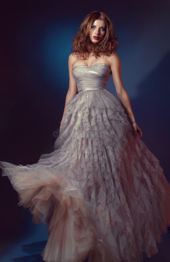 Schöne Frau im langen Abendkleid stockfotos