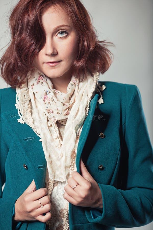 Schöne Frau im Mantel stockfotografie