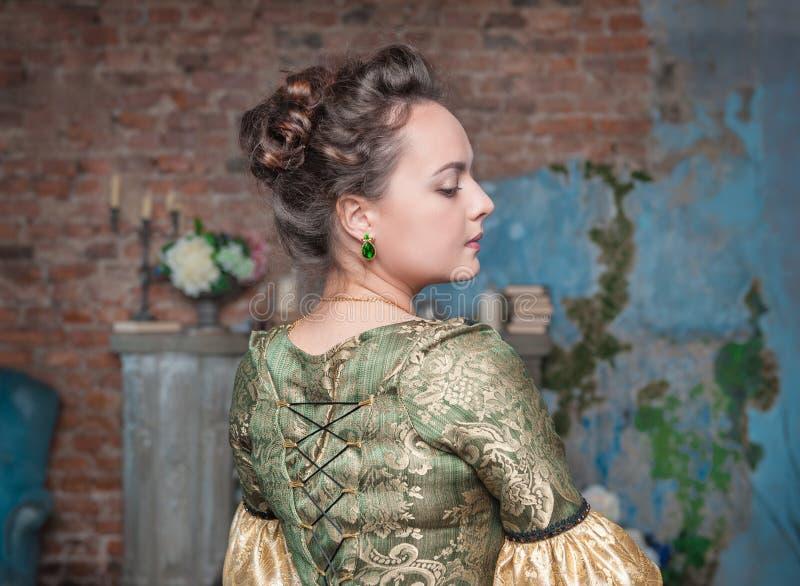 Schöne Frau im mittelalterlichen Kleid lizenzfreie stockfotografie
