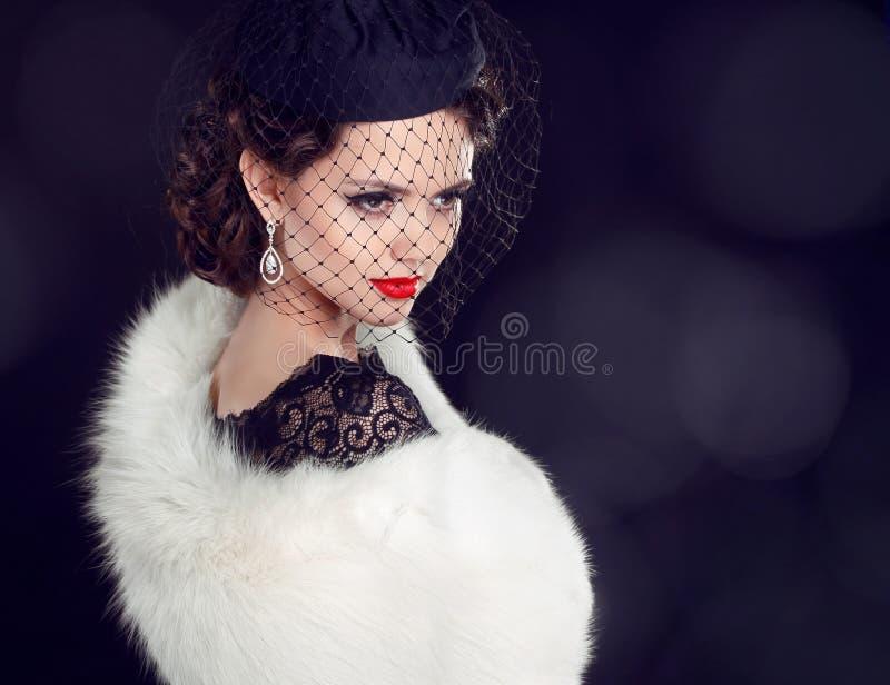 Schöne Frau im Pelzmantel. Schmuck und Schönheit. Modefoto stockbild