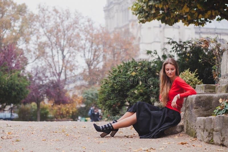 Schöne Frau im Rot lizenzfreie stockbilder