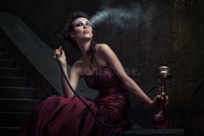 Schöne Frau im violetten Kleid stockbild