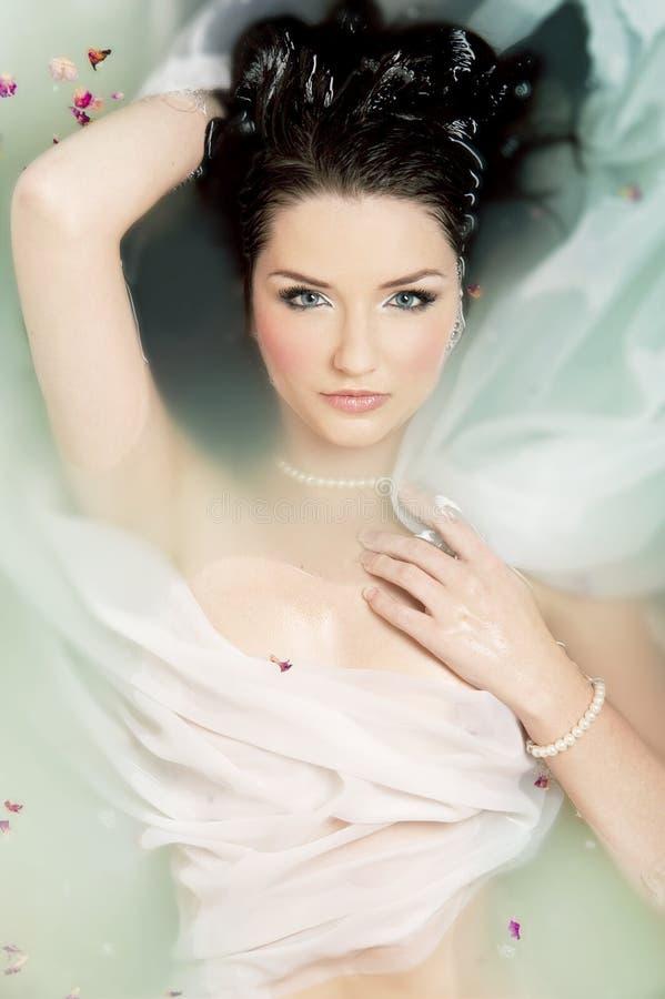 Schöne Frau im Wasser stockfoto