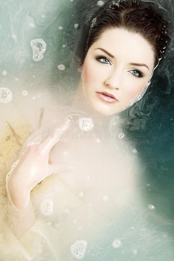 Schöne Frau im Wasser lizenzfreie stockfotos