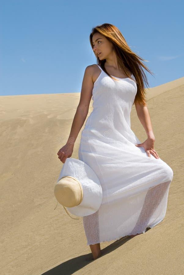 Schöne Frau im Weiß in der Wüste stockfotos