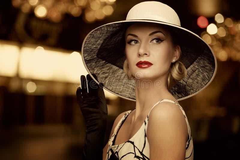Schöne Frau im weißen Hut stockfotografie