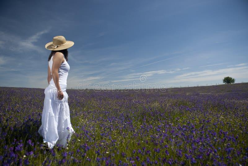 Schöne Frau im weißen Kleid stockfoto
