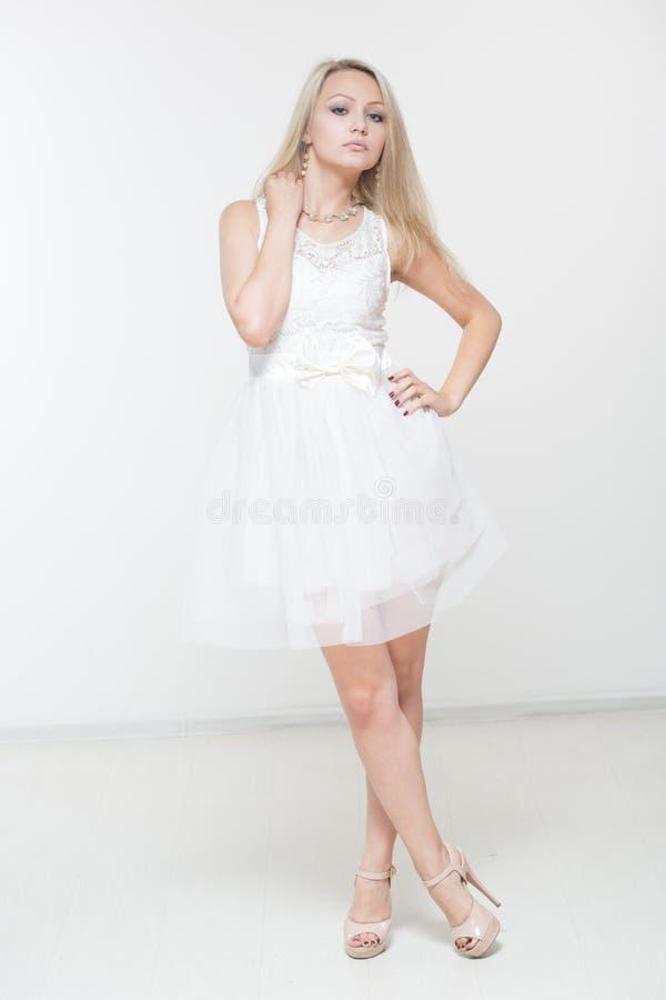 Schöne Frau im weißen Kleid lizenzfreies stockfoto