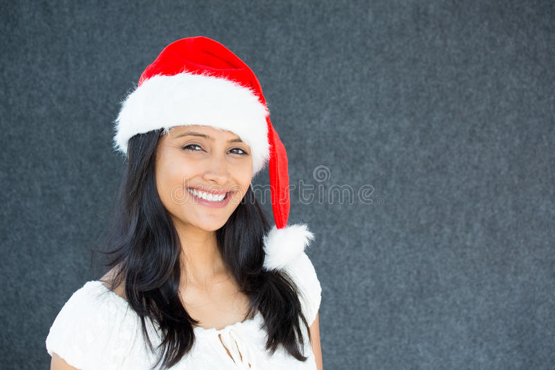 Schöne Frau im Weihnachtsmann-Hut stockfotografie