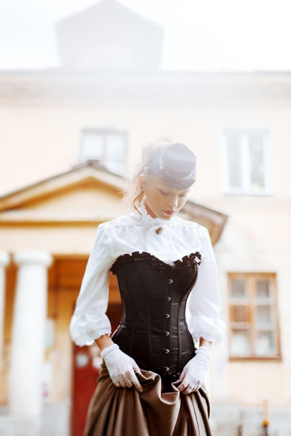 Schöne Frau im Weinlesekleid stockfotos