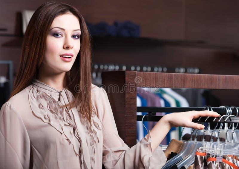 Schöne Frau ist im Speicher lizenzfreies stockfoto