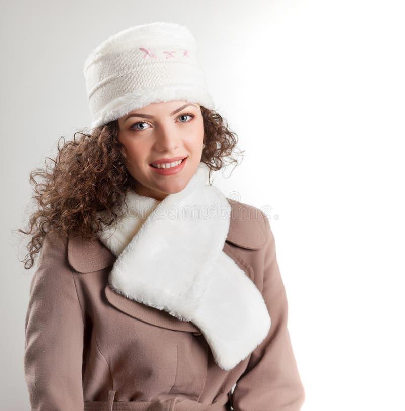 Schöne Frau kleidete beim Winterkleidunglächeln an stockfotos