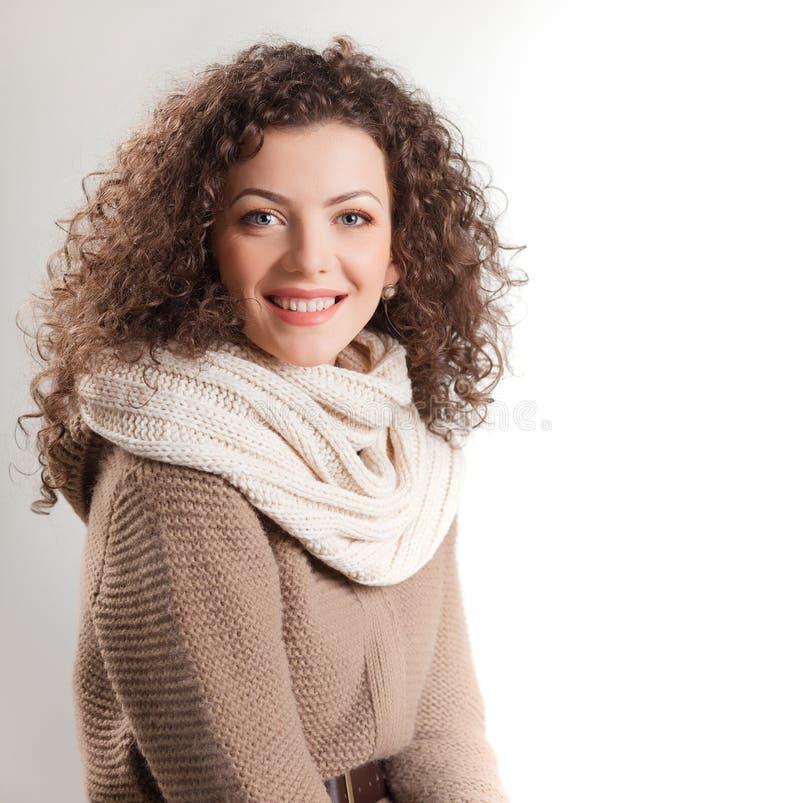 Schöne Frau kleidete beim Winterkleidunglächeln an lizenzfreie stockfotos