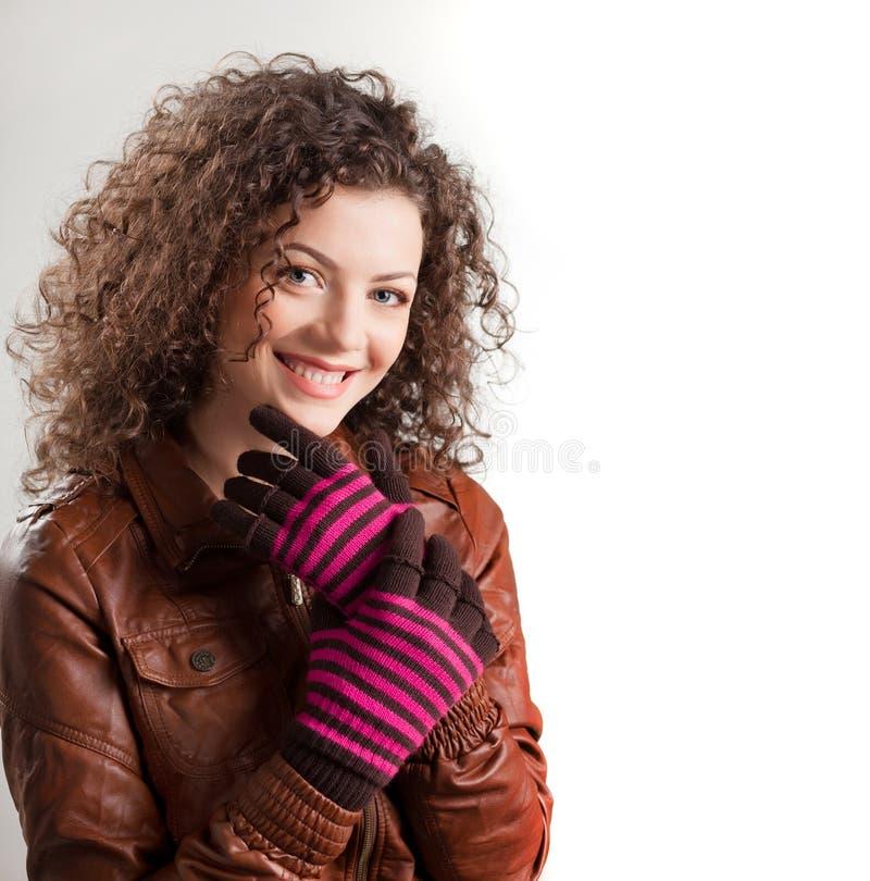 Schöne Frau kleidete beim Winterkleidunglächeln an lizenzfreie stockbilder
