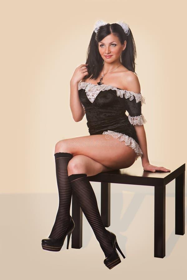 Schöne Frau kleidete in einem reizvollen französischen Mädchen an lizenzfreie stockbilder