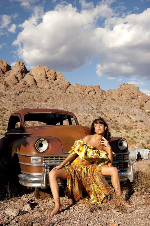 Schöne Frau mit altem Auto lizenzfreies stockbild