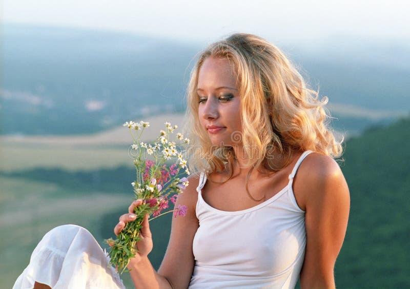 Schöne Frau mit Bündel Wildflowers lizenzfreies stockbild