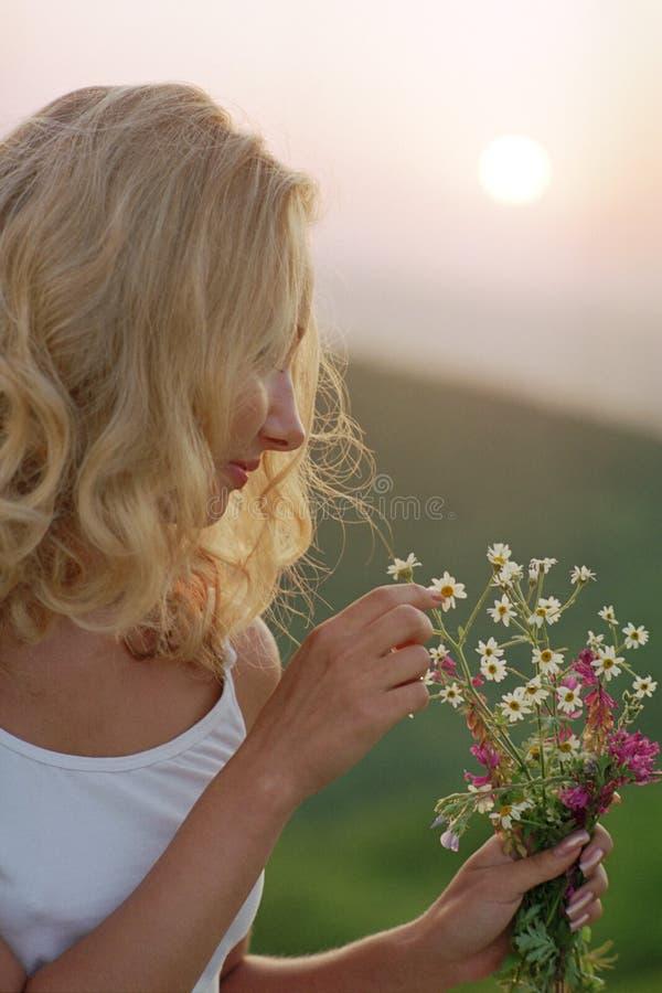 Schöne Frau mit Bündel Wildflowers stockbilder