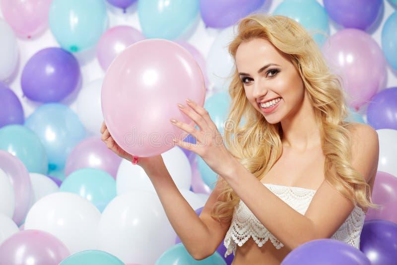 Schöne Frau mit Ballonen lizenzfreie stockbilder