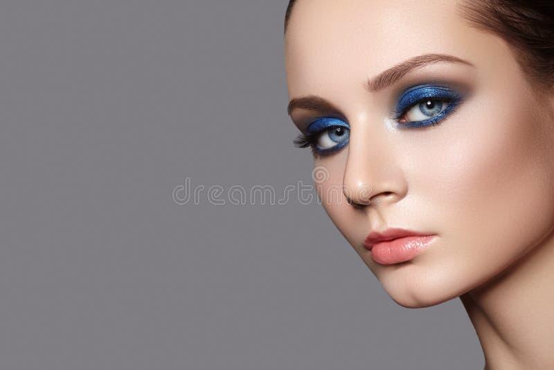 Schöne Frau mit Berufsverfassung Feiern Sie Art-Augen-Make-up, perfekte Augenbrauen, glänzen Sie Haut Heller Mode-Blick lizenzfreie stockbilder