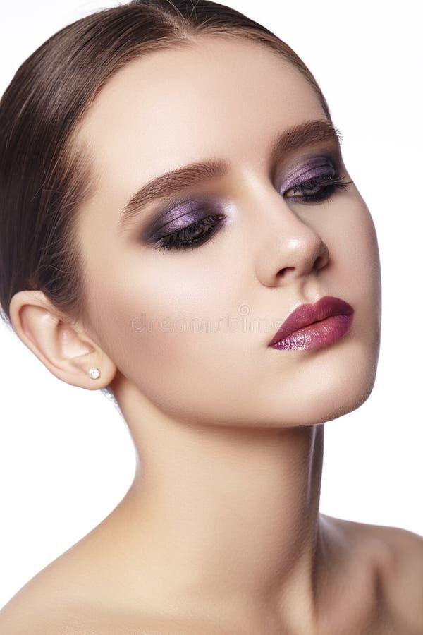 Schöne Frau mit Berufsverfassung Feiern Sie Art-Augen-Make-up, perfekte Augenbrauen, glänzen Sie Haut Heller Mode-Blick lizenzfreie stockfotografie